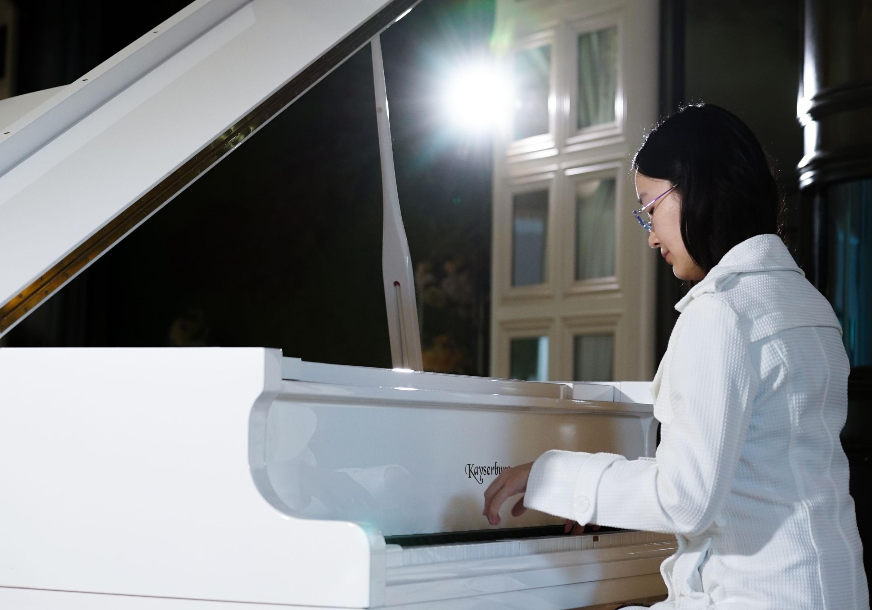 「鋼琴之所以能彈出美妙的旋律,是因為這些音符有自己的規律,就像數據一樣,是有原理在裏面的。作為一個人工智慧的研究員,需要尋找這些模式和原理,就相當於一個鋼琴家在就演奏音樂一樣。」